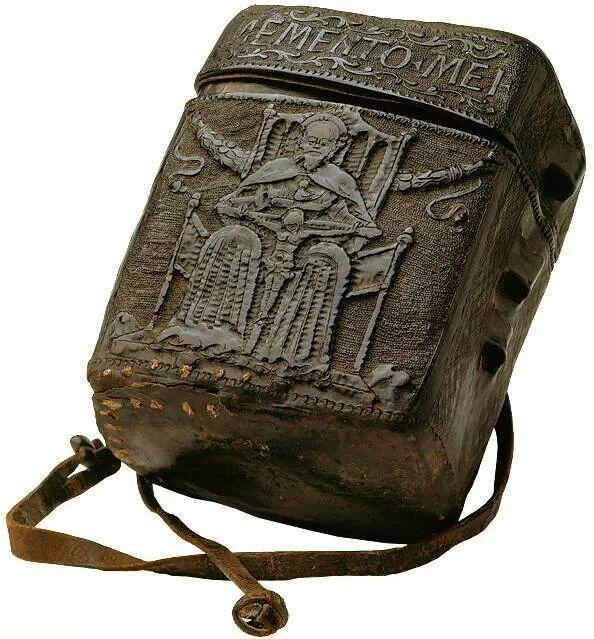 1395 astuccio in cuoio bollito  per libri.. Lombardia