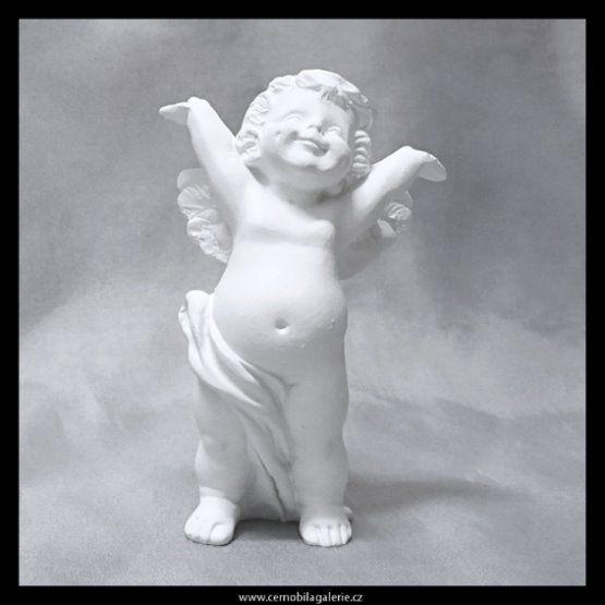 Radostný anděl v bílé barvě jako dekorační figurka.