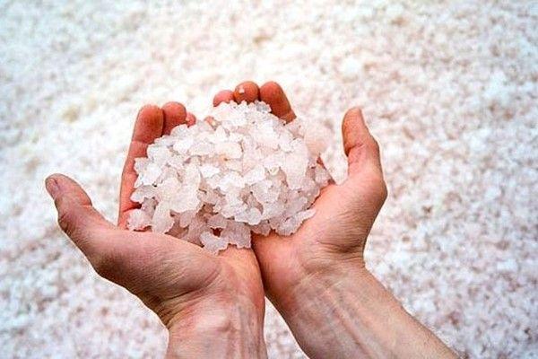 Очищение солью! Ты удивишься, когда узнаешь, на что она способна… У многих народов мира соль символизирует чистоту и порядочность. Неудивительно, что она фигурирует и в терапии. Соль издавна используют в очищающих процедурах для души и тела по всему миру, а главное ее преимущество — сильный позитивный заряд, который она содержит. Соль способна притягивать и поглощать …