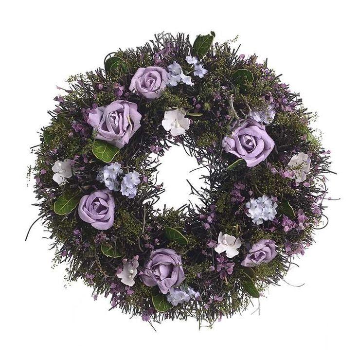 Βάλτε ανοιξιάτικα χρώματα στην πασχαλινή σας διακόσμηση. Διακοσμητικό πράσινο στεφάνι με μωβ λουλούδια.  Διαστάσεις προϊόντος: 24Χ24Χ6