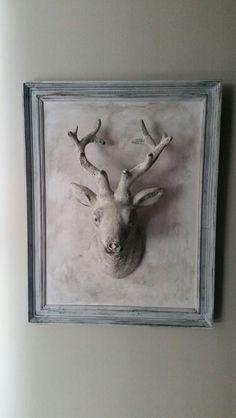 Diy wandpaneel. Een schilderijlijst en hertekopje (van de Action) bewerkt met Annie Sloan chalk paint.