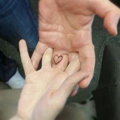 Pueden también probar con pequeños tatuajes ocultos que forman un todo cuando se juntan: | 24 preciados tatuajes para mejores amigos