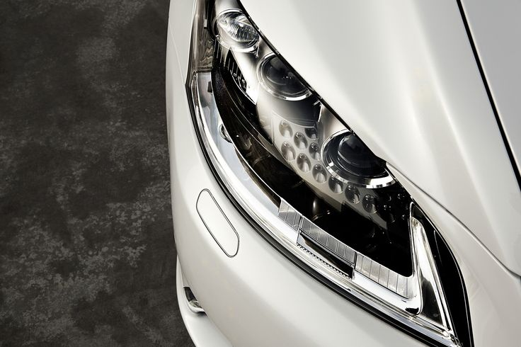 3개의 LED가 적용되어 에너지 효율을 극대화하는 헤드램프, 화살촉을 모티브로 하는 디자인은 L-finesse 디자인 미학을 완성한다.   Lexus i-Magazine Ver.5 앱 다운로드 ▶ www.lexus.co.kr/magazine #Lexus #Magazine #3seconds #LS600hL #LS #lfinesse