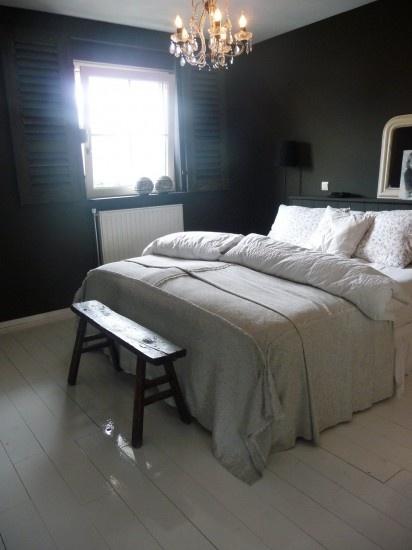 Slaapkamer met donkere muren: de oude brocante kroonluchter komt zo prachtig uit. Kijk voor kroonluchters en oude brocante banken bij www.old-basics.nl