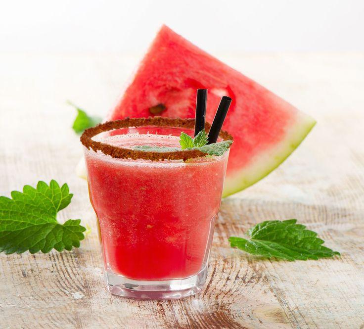 Stay hydrated with a refreshing watermelon smoothie/ Mantente hidratado con un jugo de sandía y hielo :)