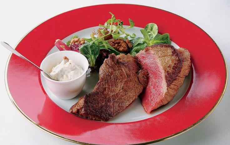 STEAK DORÉ SAUCE ROQUEFORT ET NOIX   Préparation : 10 mn Cuisson : 10 mn Personnes : 4 Ingrédients - 4 steaks dans l'aiguillette baronne, de 200 g chacun, de 2 cm épaisseur - 60 g de roquefort - 4 cs de crème fraîche épaisse - 30 g de cerneaux de noix […]    Toutes nos recettes sur http://interbev-bretagne.fr/les-recettes/     #Cuisine #Boeuf #plat #recette #Interbev #viande