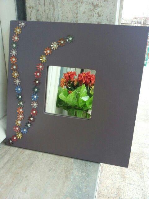 Specchio adornato con fiorellini di capsule Nespresso