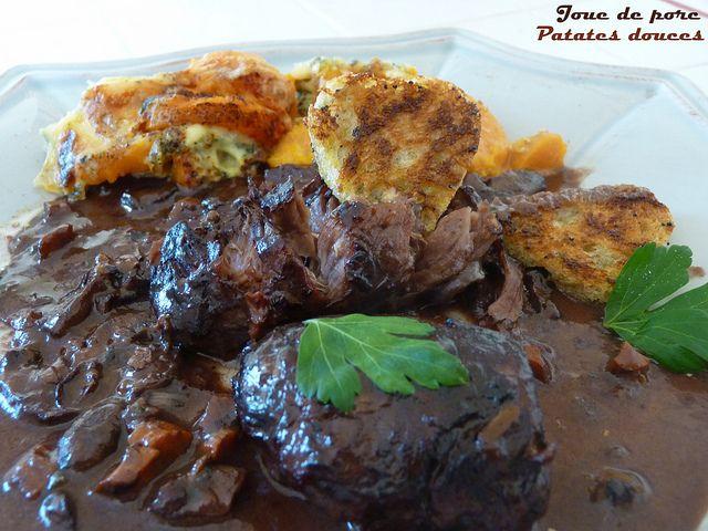 Joues de porc confites au vin rouge et gratin de patates douces à la fourme d