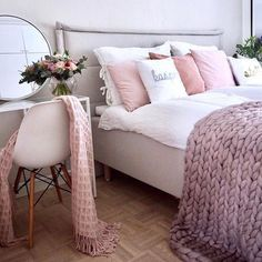 This is bedroom where great and inspirational Monday morning starts! ☀️ Good morning everyone & have a wonderful start of the new week! ☕️ Thank you for beautiful photo @lifelikevino Direct active link to our chunky knit blankets shop in bio, worldwide shipping