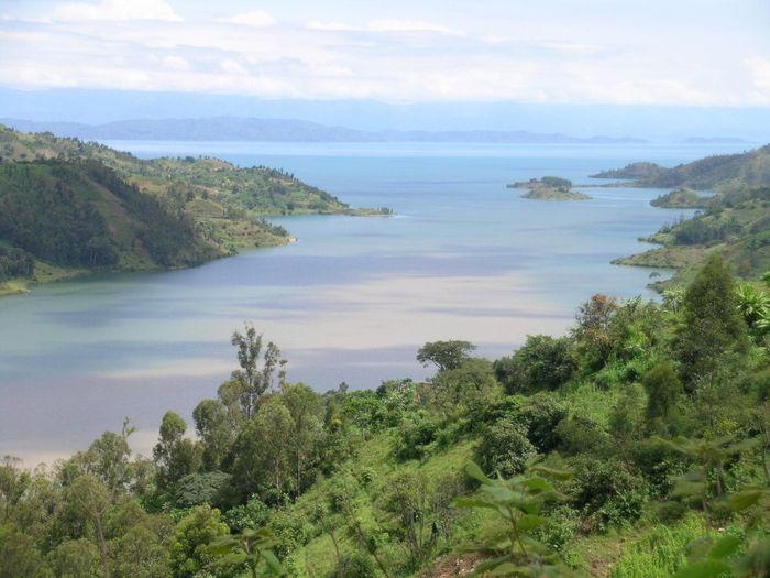 Озеро Киву Озеро, расположенное на границе между Демократической Республикой Конго и Руандой, отличается от остальных наличием слоев углекислого газа и 55 миллиардов кубических метров метана на дне. Такая смесь очень опасна, так как малейшее землетрясение или вулканическая активность могут привести к ее взрыву. Именно поэтому 2 миллиона человек, проживающих на близлежащих территориях, находятся в постоянном страхе погибнуть от взрыва метана или от удушья углекислым газом.