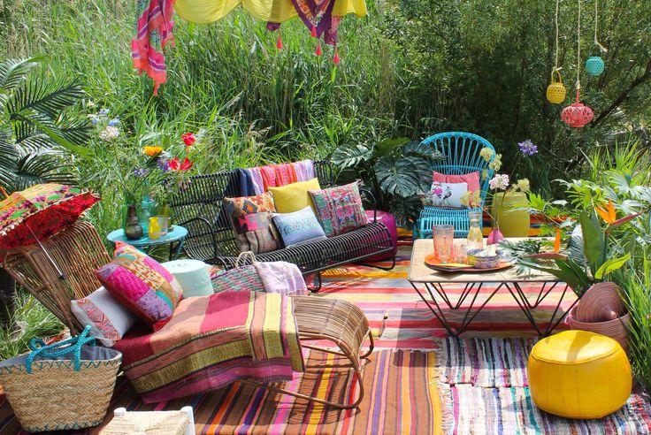 Leuke inspiratie voor je bohemian garden! Het ziet er zo vrolijk uit. Hier kan je heerlijk bijkomen na een drukke dag.
