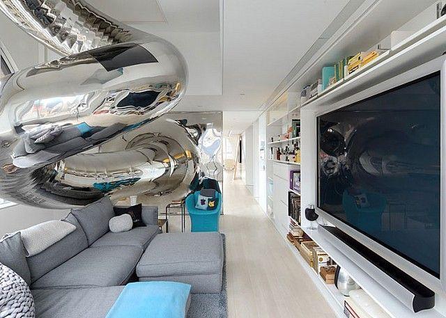 Bu proje mimar David Hotson ve dekoratör Ghislaine Viñas'ın ortak çalışmasıyla ortaya çıkmış. Daire, daha önce konut olarak hiç kullanılmamış. David Hotson bu yüzden 4 kat yüksekliğinde bir oturma odası, camla kaplı bir tavan arası, iç kısım balkonları ve iki aşamalı kaydırak yapmak için tüm alanı yeniden yapılandırmış.: