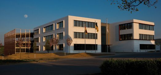 """Im März 2014 wurde der neue Verwaltungskomplex """"Campus"""" der Firma August Mink KG fertiggestellt.  Mink Bürsten ist Weltmarktführer in der modernen Faser- und Bürstentechnologie. Als leistungsstarker Partner tausender namhafter Unternehmen weltweit, blickt die August Mink KG seit ihrer Gründung im Jahr 1845 auf eine lange und traditionsreiche Geschichte zurück."""