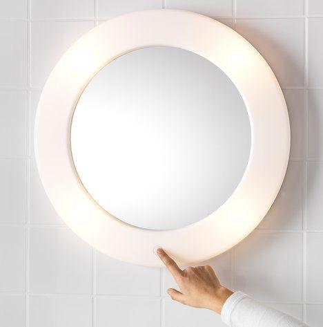 Malé koupelny uvítají zrcadlo Lilljorm, které spojuje svítidlo a zrcadlovou plochu v jeden produkt. Světlo dodávají 4 žárovky umístěné v plastovém rámu, průměr zrcadla je 55 cm, cena 899 Kč; IKEA