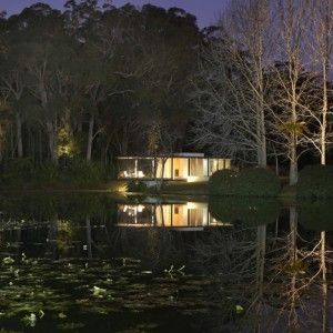Glass and steel pavilion by Matthew Woodward cantilevers over a natural dam