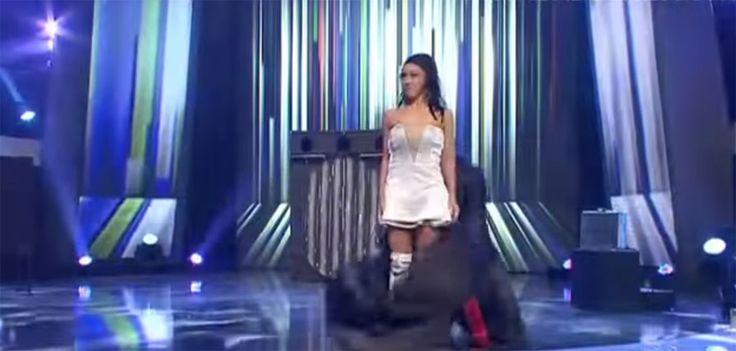 Cuando subieron al escenario no podía quitar los ojos de su vestido. ¡ASOMBROSO! → http://www.viraldiario.com/magia-cambio-vestidos/