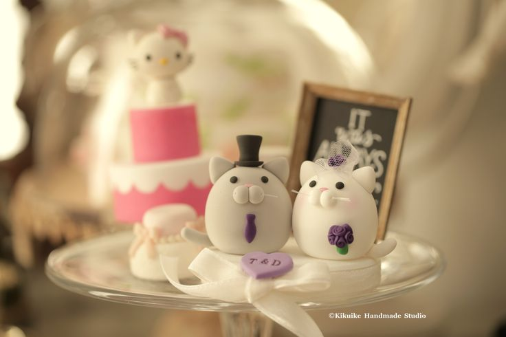 kitty and Cat MochiEgg wedding cake topper #weddingideas #kitten #handmadecaketopper #customcaketopper #animalscaketopper #bride #groom #kikuikestudio #ceremony #custom #initials #unique #pet #gift #cakedecor #gato #Katze #chat #ネコ