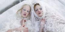 """Moda: le donne del nord vestite Chanel  http://www.sfilate.it/178499/moda-le-donne-del-nord-vestite-chanel  Non è proprio comoda da visitare, ma la mostra fotografica che Laboratory, nota galleria d'arte di Helsinki, dedica a Chanel è davvero suggestiva e merita di essere conosciuta. L'allestimento che sarà aperto al pubblico fino al 27 gennaio 2013, si chiama """"Northern Women in Chanel"""""""
