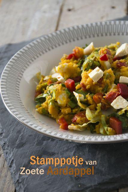 Stamppot bataat, andijvie, zongedroogde tomaat en gerookte paprika, evt. met feta en pitten.