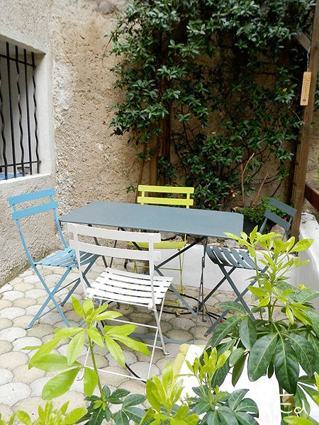 I love to sit down on my terrace : Fermob bistro style ! J'aime me poser sur ma terrasse : style bistro de Fermob. #lavieenFermob #fermob #Fermob