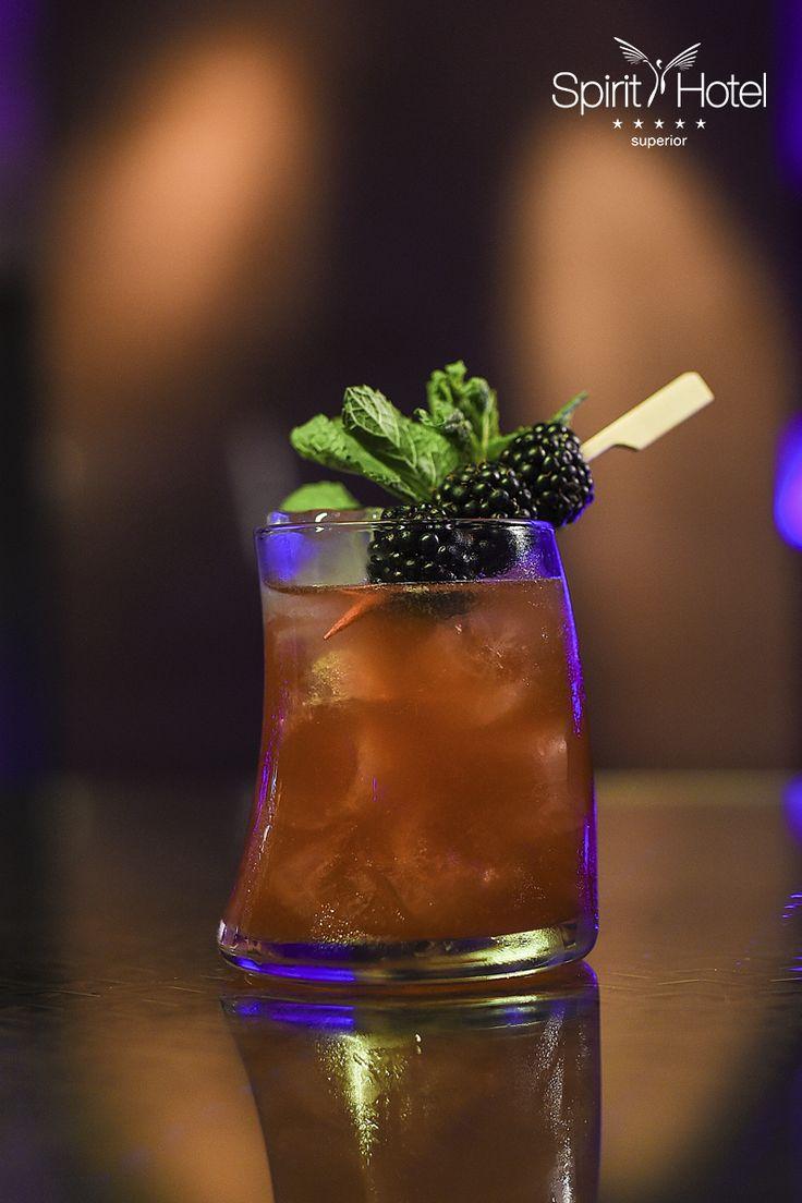 Varázslat a javából a First of July koktél. Amint megízleled, nyomban leperegnek a gyönyörű júliusi napok emlékei. Ekkora hatásra csak egy vérbeli prémium koktél képes. A koktélok magasfokáról van szó, egy italról, mely azért olyan üdítő, mert a francia Calvados almapárlat, a Chambord fekete málna likőr, a Monin Blueberry püré, a frissen facsart grapefruitlé és a friss szeder találkozik benne.