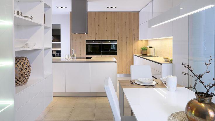 Kuchyně Exclusive, novinka od renomovaného evropského výrobce SYKORA. Kombinace bílého laku a dýhy dubu antického.