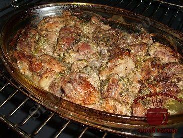 Мясо по-грузински. 1 кг мяса (свинины)  1 ст. ложка сметаны  2 ст. ложки меда  1 ст. ложка сока лимон  зелень (укроп, петрушка, кинза, розмарин, базилик)  черный молотый перец  соль