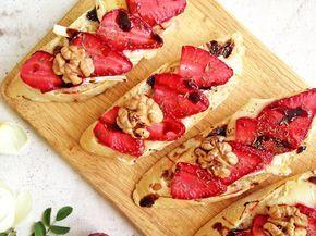 Warm crostini with strawberry, brie, thyme and honey / Теплые кростини с клубникой и бри