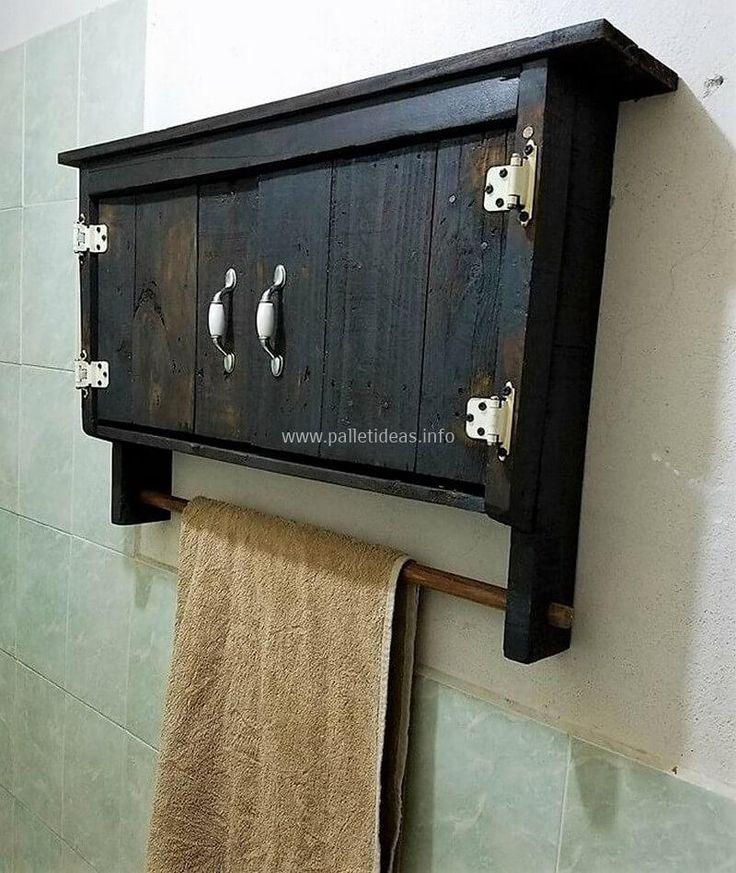 Give your bathroom area an eye-catching appearance and make it attractive with this wonderful pallet idea for bathroom. This pallets art is totally changing the look of the whole bathroom and will able you to store your bathroom accessories in an organized way.