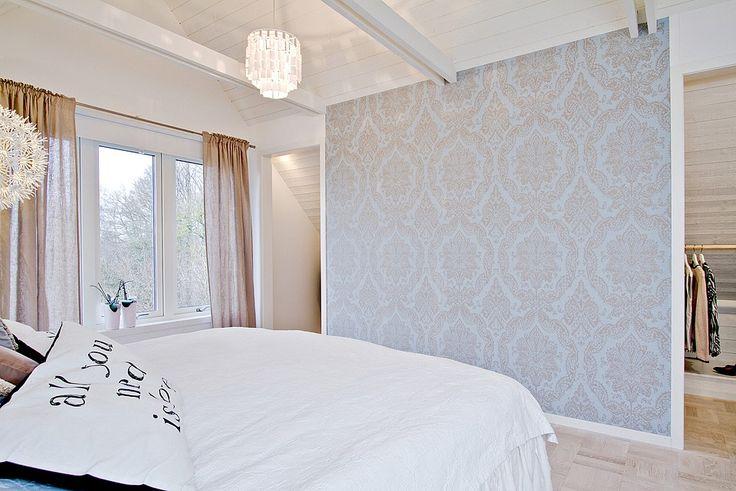 Rymligt sovrum, öppet upp till nock och funktionell förvaring