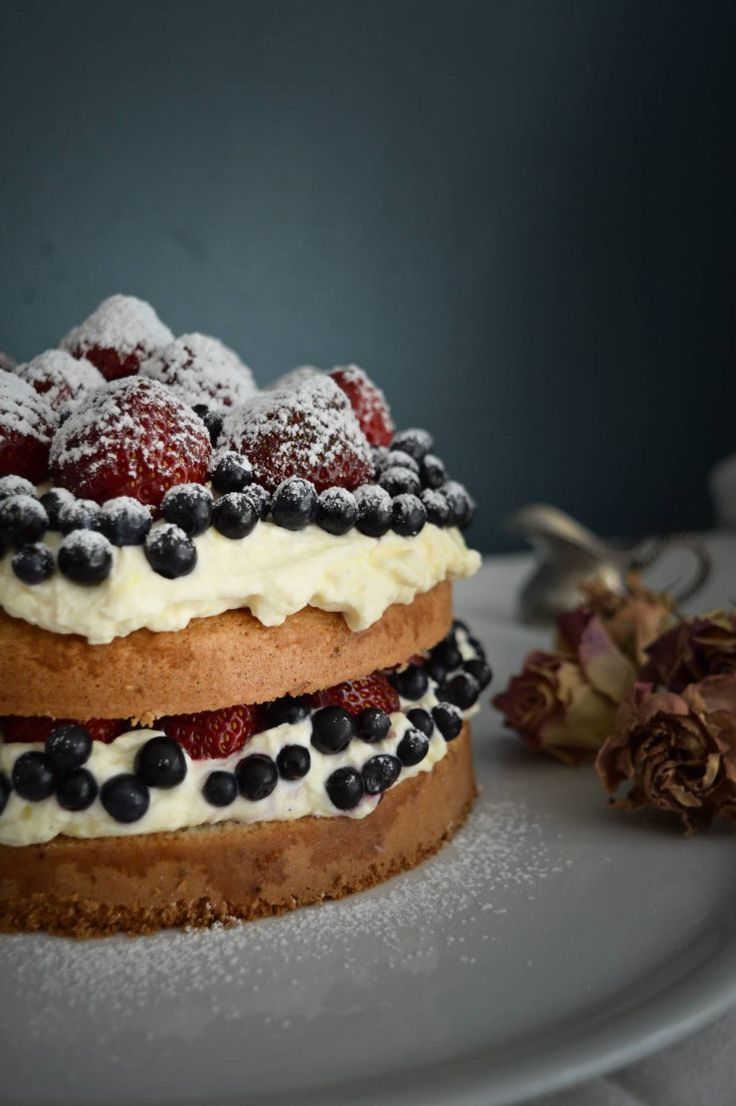 Strawberry blueberry summer cake from www.duefiliderba.com