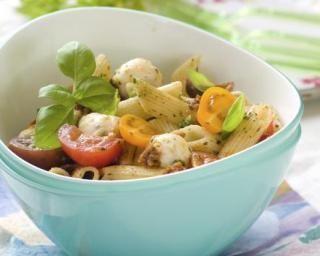 Salade de pâtes froides aux tomates, basilic et mozzarella : http://www.fourchette-et-bikini.fr/recettes/recettes-minceur/salade-de-pates-froides-aux-tomates-basilic-et-mozzarella.html