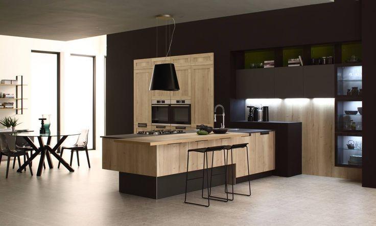 Cucina Iside e Regina, la riscoperta dello stile industriale: la venatura verticale e il calore del legno si abbina perfettamente a vetrinette e particolari bruniti.. Tocchi moderni e classici all'avanguardia
