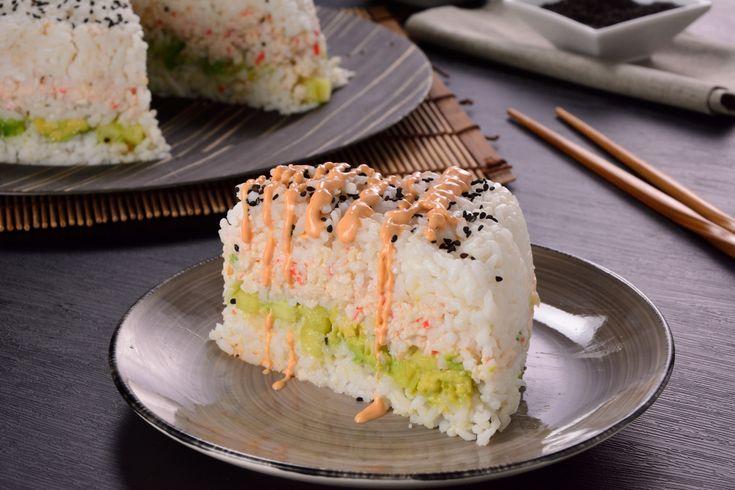 Este es un increíble pastel de sushi con capas de aguacate, tampico, decorado con surimi, pepino; va cubierto de masago y pepino fresco servido con una salsita cremosa de chipotle con soya preparada. ¡Es una receta súper original e increíble!