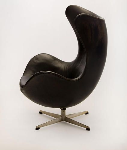 12 famous chairs designed by famous architects egg chair for Famous modern chairs