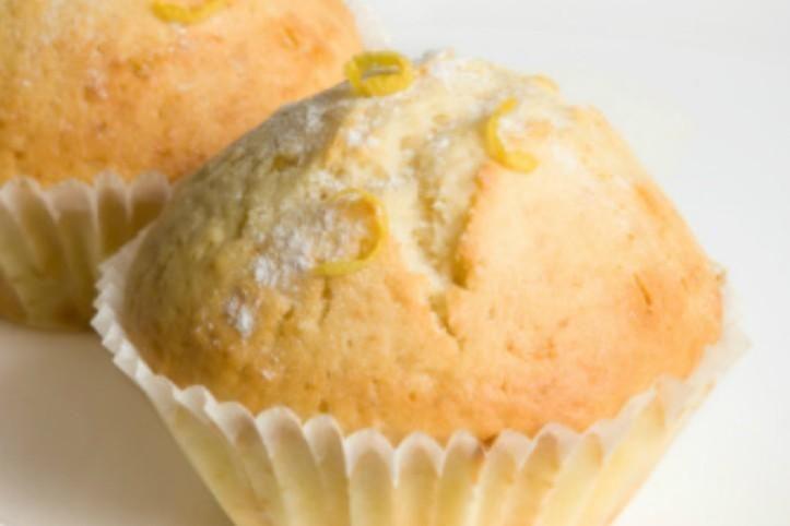 tortino di riso al limone** 300 grammi di latte di riso - 300 grammi farina di riso (150 g. per i celiaci) - 150 grammi di zucchero di canna - 50 grammi di olio di mais - succo spremuto di mezzo limone - 50 grammi di farina 00 (non aggiungere se celiaci) - 1 bustina di lievito istantaneo - zucchero a velo (facoltativo)