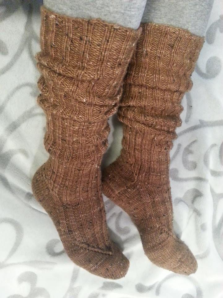 Yarn: 6-ply handdye tweed-merinomix by Birgit Reuter (merino 85%. 15% viscose). Basic long kneesocks, k2, p2 -rib: socks' arm is 50 cm.