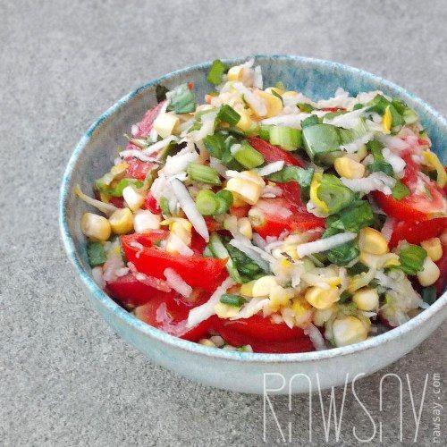 Сыроедный салат с кабачком, помидорами, черной редькой, зернами кукурузы и зеленью