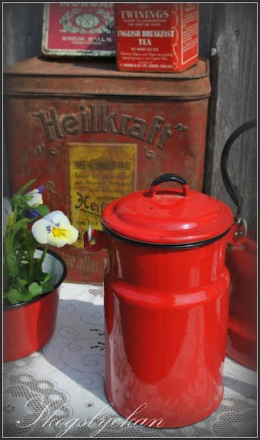 red...Enamelware Decor, Red Vintage, Kitchens Curtains, Red Enamelware, Enamels Milk, New Kitchens, Old Tins, Tins Cans, Red Enamels