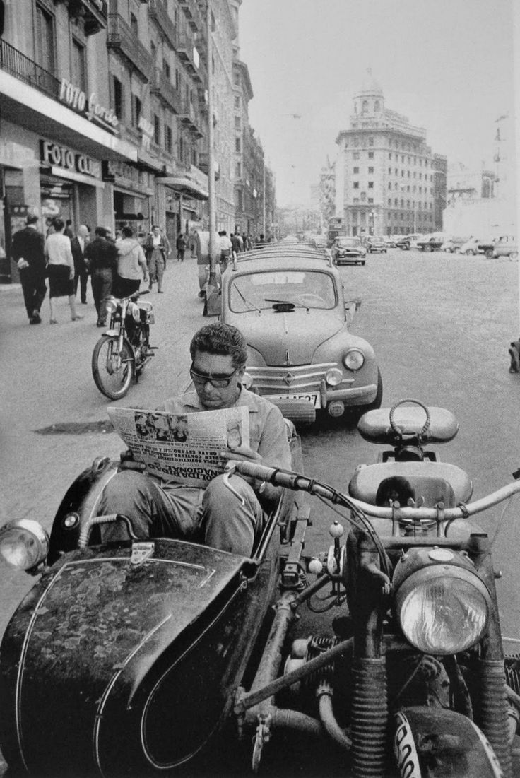Barcelona in the 1950s. Wasn't life simpler then? Mostly newspapers and a little television!