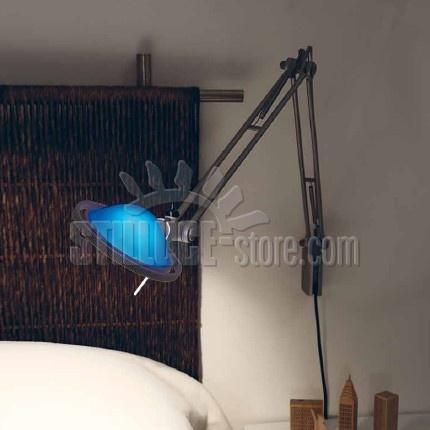 Luceplan Berenice Parete D12 EL a.45, lampada da parete coordinata con i modelli da tavolo e terra. Parti metalliche in pressofusione di alluminio nel colore alluminio o nero. Riflettore parabolico in vetro pressato nei colori verde, blu, bianco e rosso, oppure in metallo nei colori alluminio e nero.