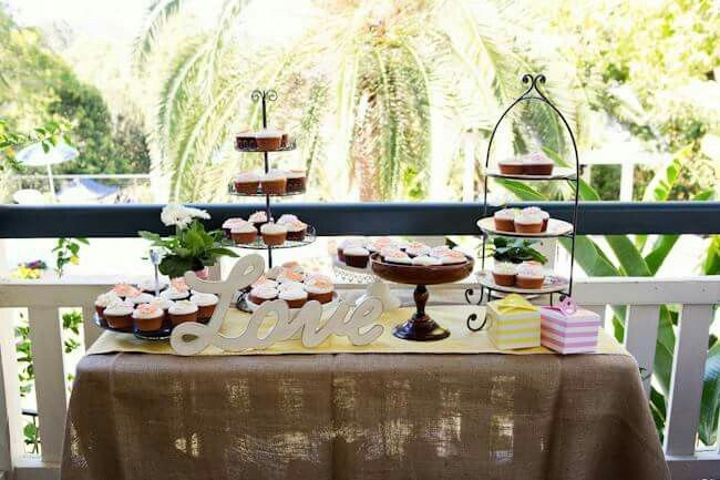 Picnic Wedding food : wedding cupcakes