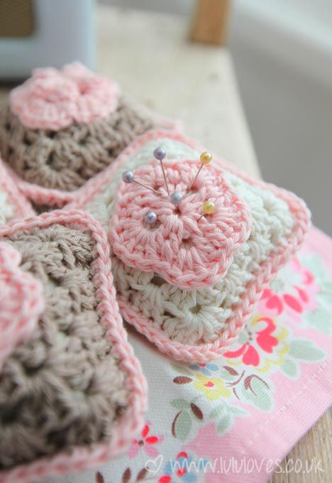 granny square pincushion - free pattern, added bonus of a free flower to boot, enjoy xox