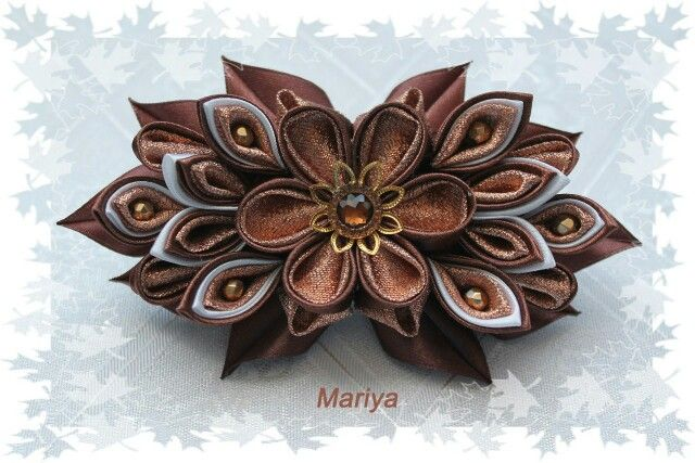 flor hecha con la técnica de Kanzashi.