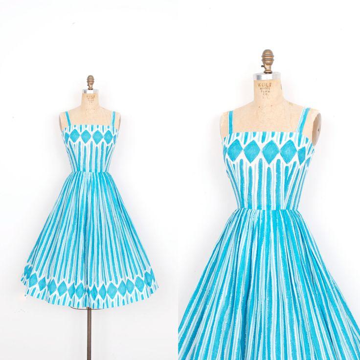 Gereserveerd … Vintage jaren 1950 jurk / 50s katoen geometrische penseelstreek Print jurk / blauwe Teal (extra kleine XS)  Great1 jaren 1950 katoenen jurk gedaan in een teal en witte geometrische print die eruit als penseelstreken ziet! Jurk functies spaghetti bandjes, een rechte hals ingerichte bovenlijfje en volledige geplooide rok. Metalen rits aan de achterkant. Bekleed.   Modern Size: XS Materiaal: Geen vermeld, voelt als een katoen/polyester mix Voorwaarde: Uitstekende vintage staat…