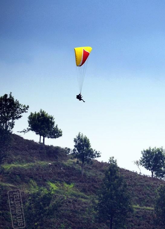 Paralayang di Puncak Pas, Komplek Perkebunan Teh Gunung Mas, Puncak  Bogor http://www.khatulistiwa.info/2012/07/green-family-tea-walk-puncak-bogor.html