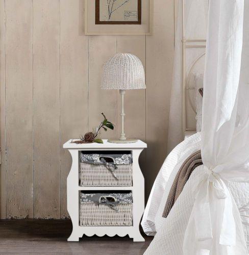 Comodino in legno bianco, con due cestini in vimini foderati di tessuto fantasia.