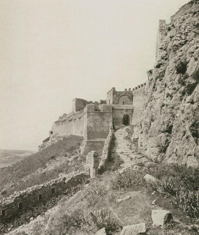 Ο Ακροκόρινθος. Η μεσαία πύλη του μεσαιωνικού φρουρίου από το εξωτερικό (από τα νότια). - REISINGER, Ernst - ME TO BΛΕΜΜΑ ΤΩΝ ΠΕΡΙΗΓΗΤΩΝ - Τόποι - Μνημεία - Άνθρωποι - Νοτιοανατολική Ευρώπη - Ανατολική Μεσόγειος - Ελλάδα - Μικρά Ασία - Νότιος Ιταλία, 15ος - 20ός αιώνας
