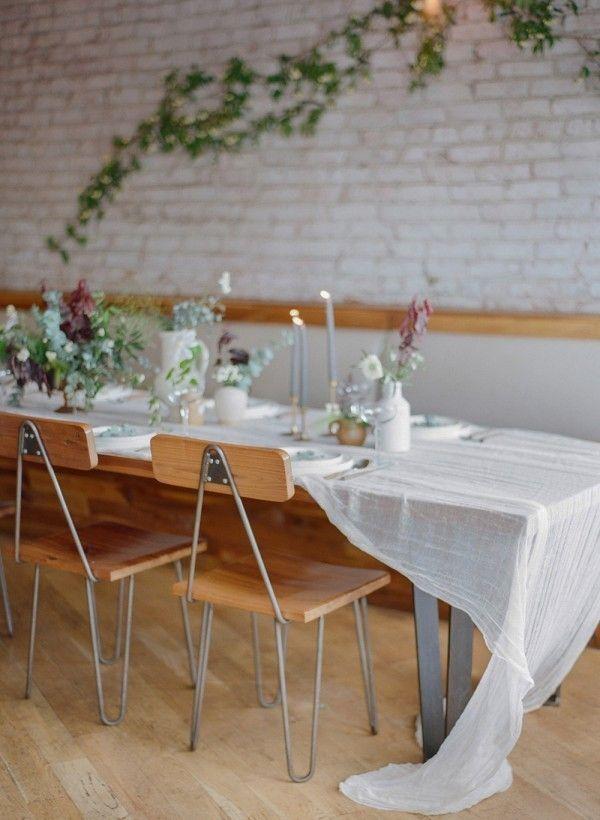 Vocês sabem que adoramos casamentos minimalistas. Com pouquíssima decoração, eles conseguem ser impactantes, românticos e cheios de charme. Para inspirá-las, selecionamos um casório maravilhoso com uma pegada vintage.    Confiram:http://bit.ly/5-dicas-praiano    PS: adoramos o penteado da noiva!    #casarei #casamentominimalista #wedding