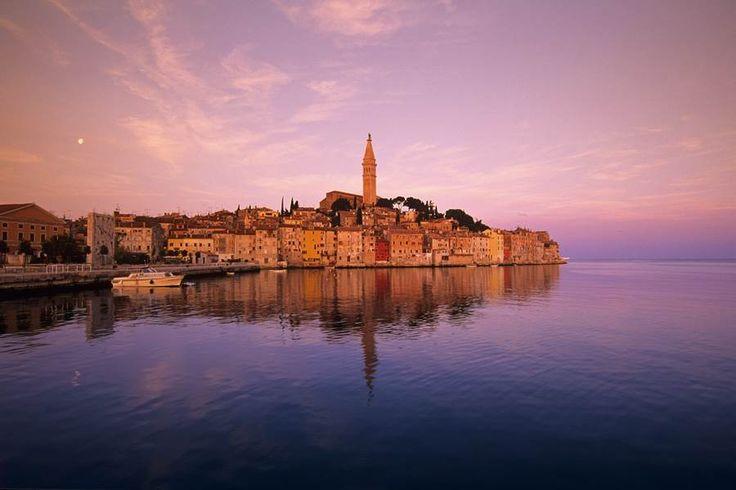 """ROVINJ! """"Am nächsten Morgen konnten wir dann Ausflüge buchen, wie zum Beispiel einen Ausflug nach Venedig oder Schnuppertauchen in der Bucht. Das Highlight der meisten urlauber war der Sandy Beach Ausflug, ein Ausflug auf eine gemütliche Privatinsel, auf der man erst chillen konnte und später eine dicke Party statt fand,die die meisten Klasse fanden."""" #rovinj #kroatien #ausflug #rufreisen #friends #fun"""